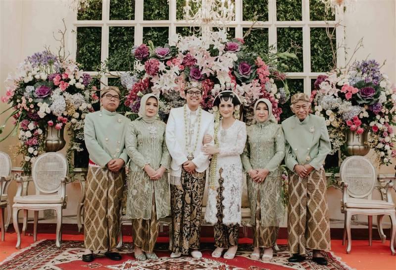 Berfoto bersama keluarga secara lengkap menjadi salah satu foto wajib