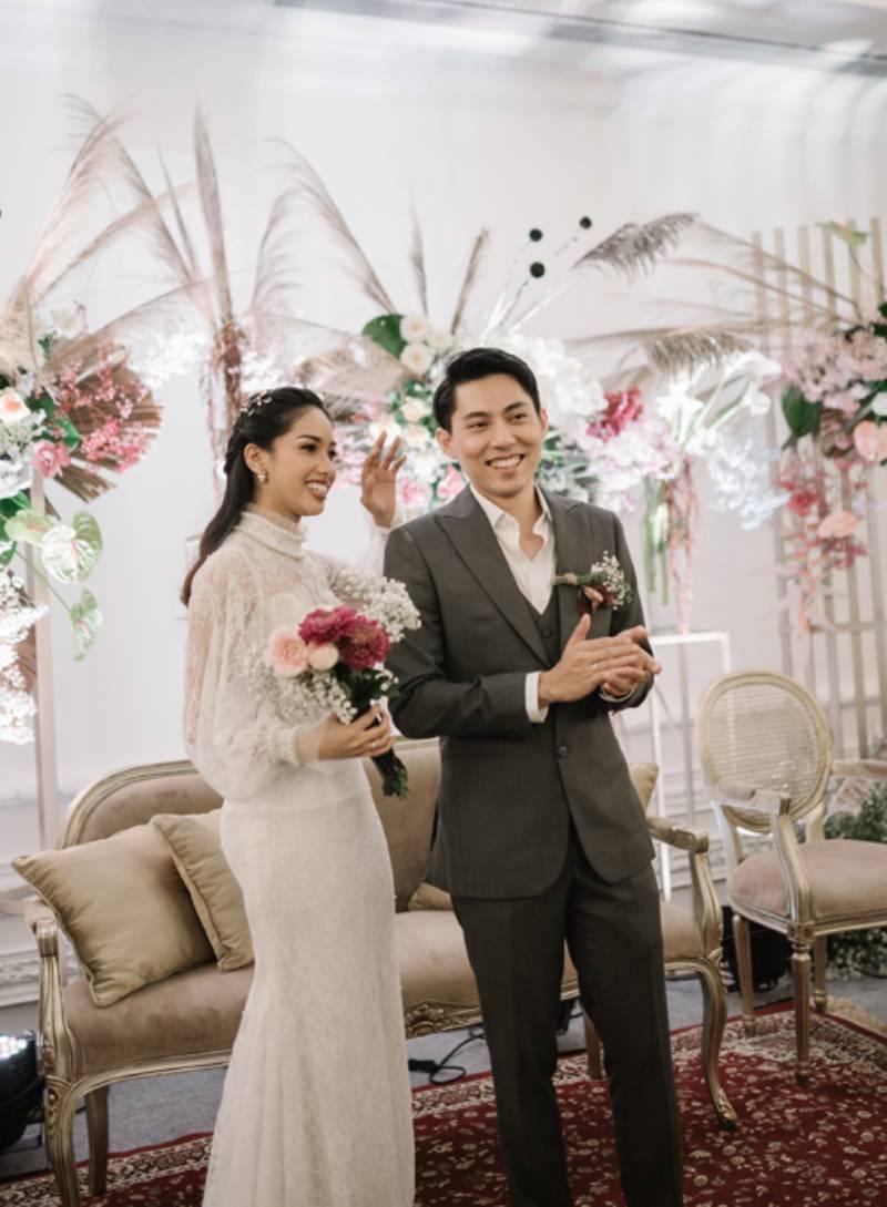 Pasangan berbahagia tampil serasi dengan nuansa dekorasi