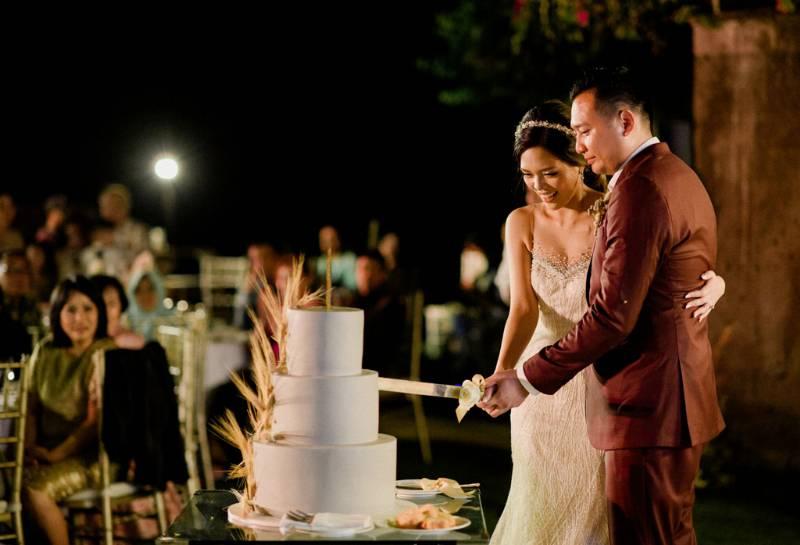 Prosesi pemotongan kue oleh kedua pengantin