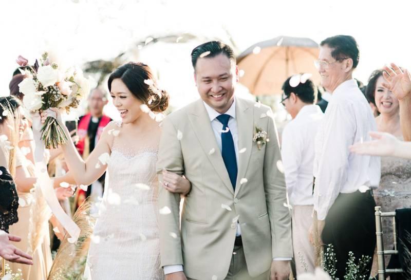 Pasangan yang berbahagia usai seremoni pernikahan