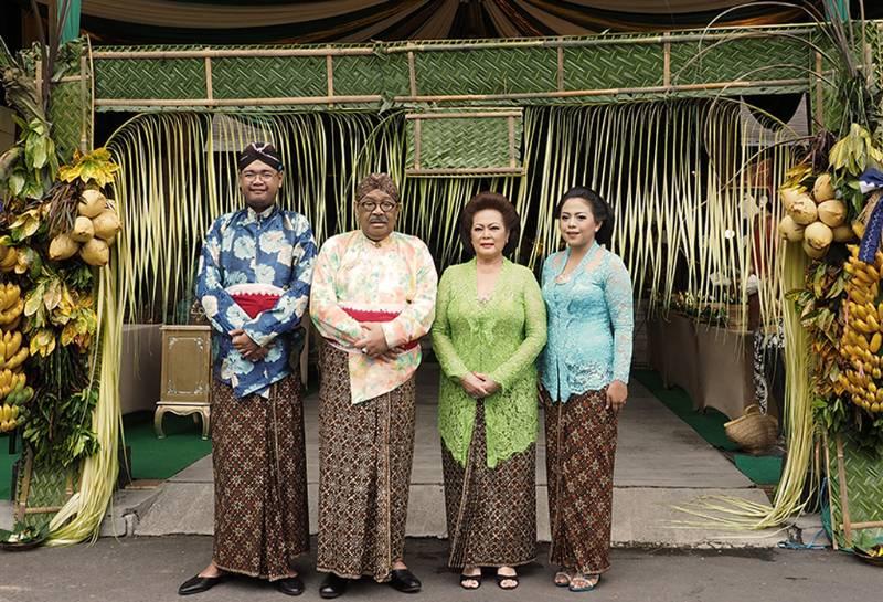 Orangtua Lupitasari di depan tuwuhan